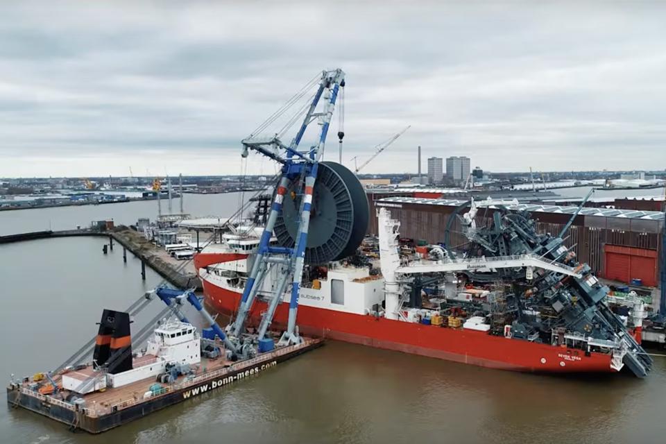 Video: Installation of main reel on reel-lay vessel Seven Vega