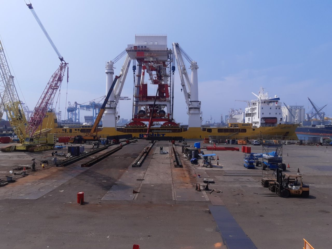 BigLift transports and installs two 1700-tonne cranes