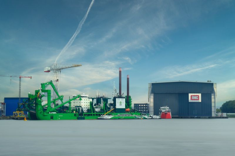 Cutter suction dredger Spartacus bunkers LNG for the first time