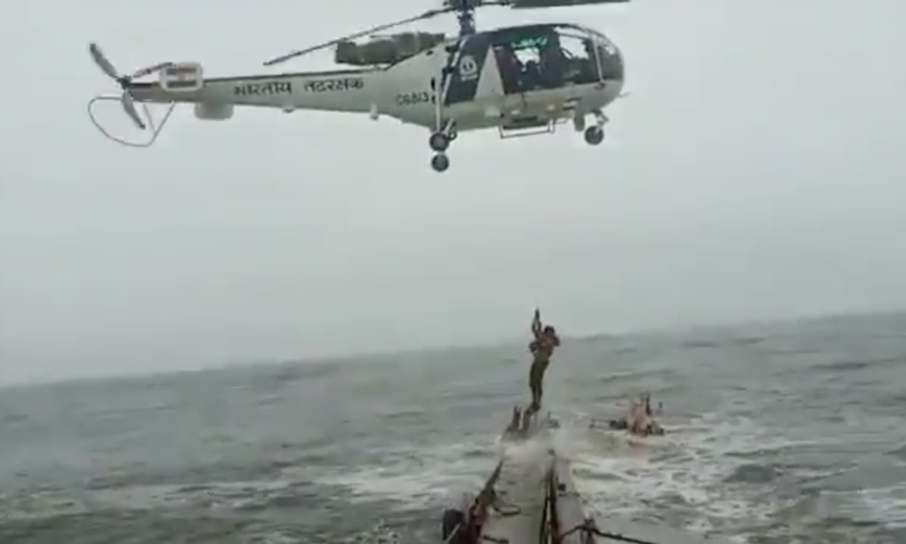 [VIDEO] Crew of sinking ship off India rescued by helicopter