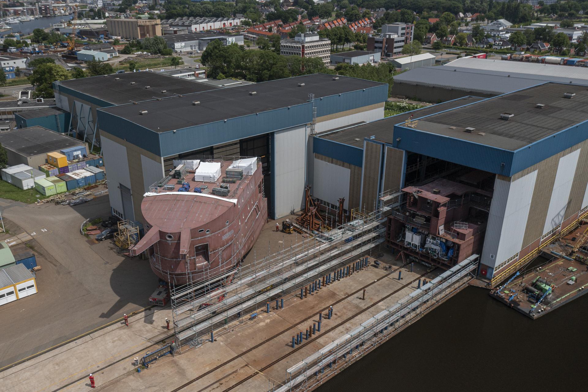 [VIDEO] Foreship of W2W icebreaker leaves Niestern Sander building hall